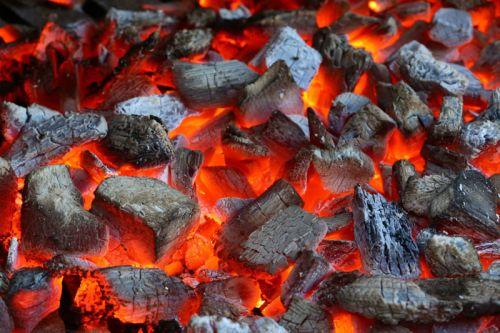 Раскаленные угли в мангале