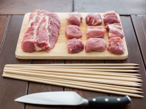 Куски мяса для шашлыков на шпажках