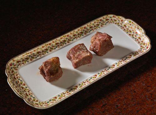 Три куска мяса после жарки