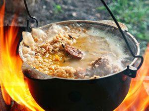 Приготовление еды в котелке на костре